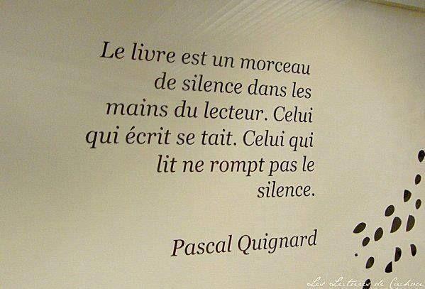 """""""Le livre est un morceau de silence dans les mains du lecteur. Celui qui écrit se tait. Celui qui lit ne rompt pas le silence."""""""