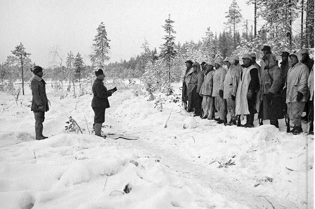 Simo Häyhän komppanian jouluhartaus katkesi venäläisten keskitykseen. Jouluaattona 1939 Kollaanjoella otettu kuva sotilaspappi Rantamaan jouluhartaudesta on tunnetuimpia talvisodan kuvia. Rantamaan takana Aarne Juutilainen.