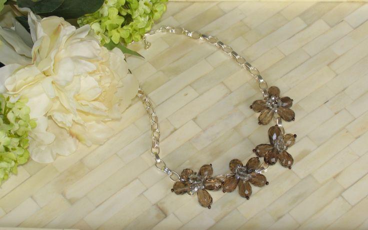 Este invierno se llevan las flores! Collar corto con cadena de plata y flores de cuarzo ahumado, encuentralo en Mil Onzas Joyas #joyas #gemas #moda #milonzas