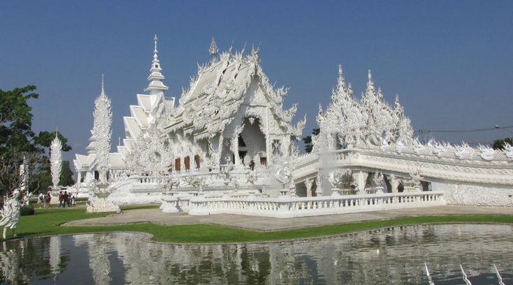 """""""De witte tempel of op z'n Thais """"Wat Rong Khun""""  is ontsproten uit het brein van Chalermchai Kohsitphiphat, een excentrieke Thaise kunstenaar en miljardair."""""""