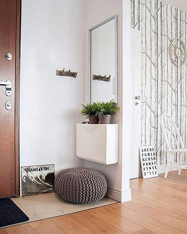 Nos pequenos espaços, estão as grandes ideias: aqui, a faixa de parede ganhou espelho e um gabinete que acomoda vasos e pertences dos moradores. Que tal? #revistacasaclaudia #decoração #decor #decoration #casa #house #home #homdecor #hall #mirror #espelho