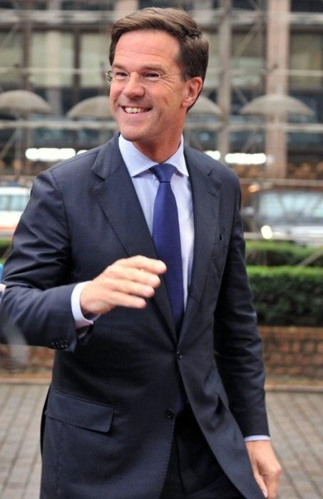 Opsteker voor Mark Rutte deze week. De sjieke Amerikaanse glossy Vanity Fair riep onze premier uit tot de op 2 na best geklede politicus ter wereld.  Volgens het toonaangevende glamourblad heeft Rutte de allure van acteur Pierce Brosnan (!) en de haarlijn van een 20-jarige. Dat u het even weet.