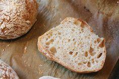 Jag är så lycklig för att jag har hittat världens bästa recept på bröd hos Pain de Martin . Det är ett bröd, frallor rättare sagt, s...