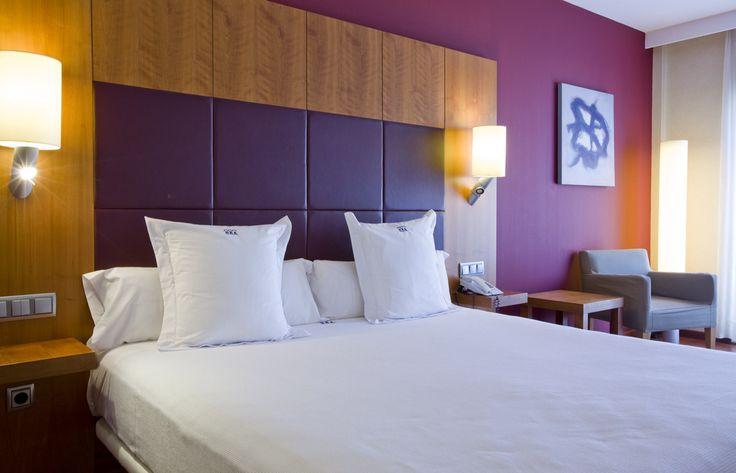 Son nuestras mejores habitaciones. Reúnen descanso, diseño y relax. Las camas son de 2x2m, cabeceros de cuero, lámparas de lectura, escritorio y por supuesto WIFI para navegar cómodamente. El baño, cuanta con ducha y con bañera jacuzzi, espejo de aumento, calentador de toallas, y secador de mano profesional. Son ideales ya sea para una estancia romántica como para una estancia cómoda propiciada por motivos de trabajo. Nuestra mejor apuesta.