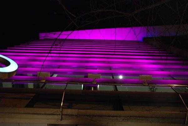 LED LS presenta Ecospect, una luminaria para interior y exterior, que cuenta con sistema que la protege de la humedad y se le pueden agregar o quitar piezas para poder proyectar la luz de la forma que uno quiera. Posee larga vida útil y gran movilidad lumínica para dar una luz diferente a los espacios.