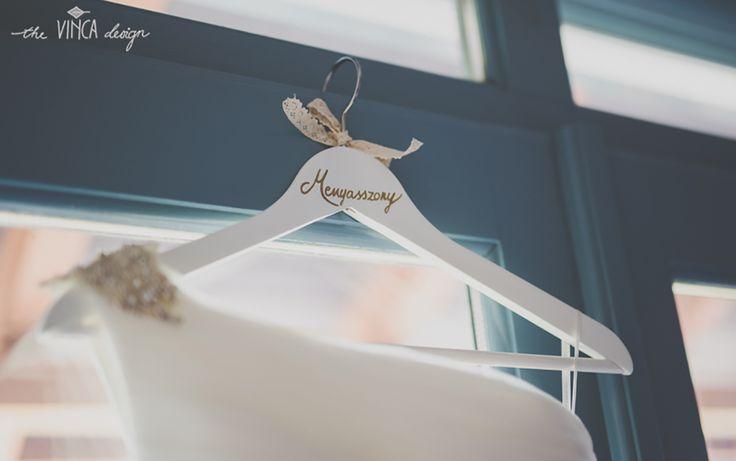 Vinca Design, France inspired wedding, wedding hanger, bridal hanger // francia esküvő, feliratos menyasszonyi vállfa