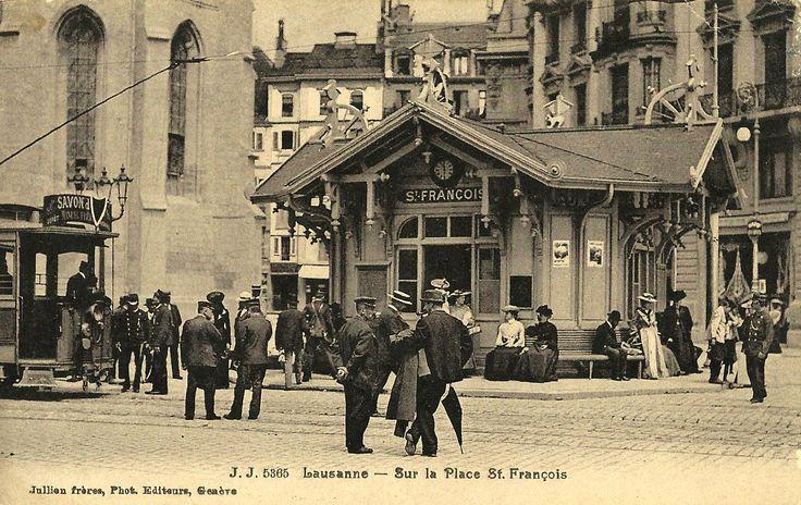 Construit en 1896, Le premier kiosque TL de Saint-François était en bois. Il fut témoin de l'inauguration officielle des premières lignes exploitées des tramways, le samedi 29 août de la même année. En 1902, un concours fut ouvert aux architectes dans le but d'offrir aux lausannois un kiosque en dur et de dimensions plus appropriées. Il faudra patienter plus de dix ans pour que le nouveau kiosque voie le jour, conçut par le bureau d'architecture Taille