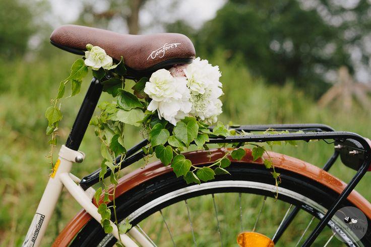 session brides / romantyczna sesja narzeczeńska z rowerem / romantyczna sesja ślubna z kwiatami / fot. Bajkowe Śluby