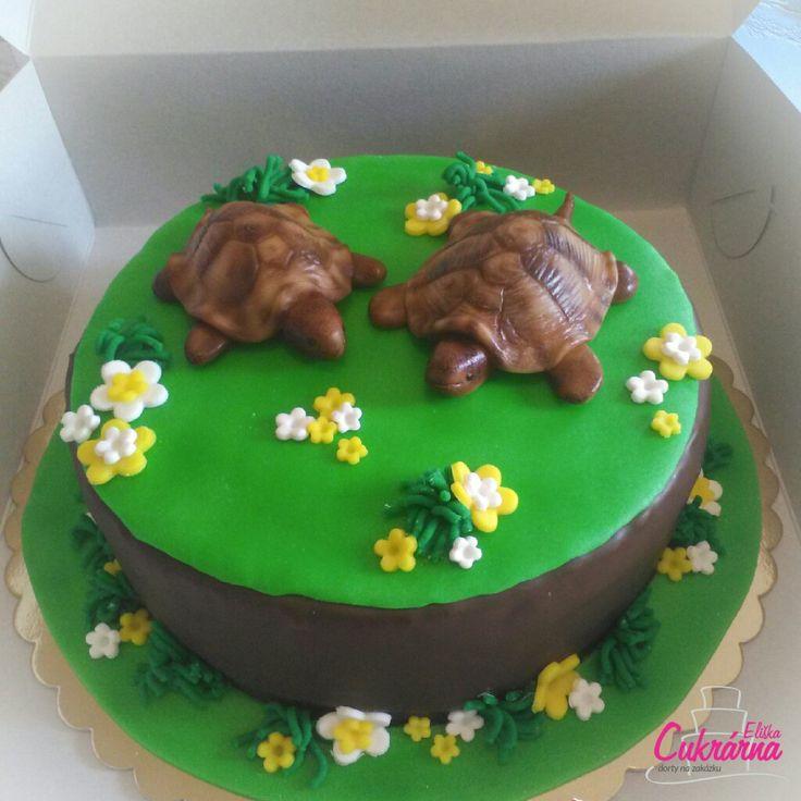 DORT KULATÝ SE ŽELVIČKAMI :-) čokoládový dort z celozrnné mouky s vanilkovým šlehačkovo-jogurtovým krémem plněný jahodami :-) povrch dortu čokoládová poleva :-) ozdoby pravý marcipán :-) želvičky z model. čokolády :-) #3ddorty #cukrarna #cukrarnaeliska #dortsezelvickami #zelvy #zelva #marcipan #cokolada