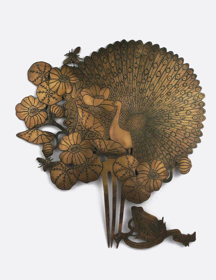 Indifférence Michaël Cailloux voue une passion pour l'art Nouveau, et particulièrement les bijoux de René Lalique . Mais l'artiste aime mélanger les codes et les influences. Ainsi « Indifférence » est une recherche autour de la symbolique du paon, celui qui est vénéré en Inde parce qu'il apporte de l'espoir à ceux qui le regardent. Un bijou mural destiné à être admiré, contemplé, une vision sereine de la nature où l'harmonie règne entre l'animal et le végétal.