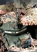 El Tanque Ruso se ha venido abajo del puente tras el derrumbe de este por impactos de las cargas alemanas