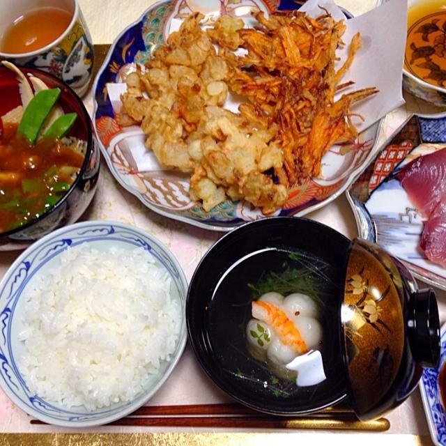 20150428夕食。金沢の料亭料理「治部煮」はすだれ麩、胡麻麩、筍、ほうれん草、鶏、椎茸、絹さや。人参のてんぷら。長ネギと玉ねぎと桜海老のかき揚げ。カツオの刺身。富山で買ってきた花しんじょとブロッコリースプラウトのお吸い物。 - 11件のもぐもぐ - 治部煮 by KeikoMorital9