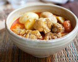 MALAYSIAN CHICKEN CURRY| Easy Asian Recipes at RasaMalaysia.com ~ Prep.Time: 15 min; Cooking Time: 30 to 45 min; Yield: (4 to 6 servings). ~ There are countless ways of making Malaysian-style chicken curries and there are various recipes: devil's curry, chicken curry kapitan, Nyonya-style chicken curry, etc. However, this Malaysian chicken curry recipe is very easy chicken curry that you can make with easy-to-find ingredients