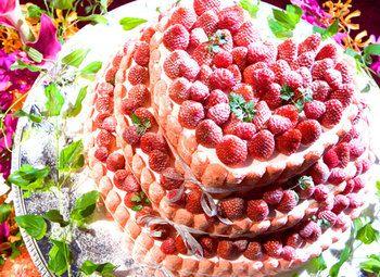 イチゴをふんだんにつかったハート型の3段ケーキ。 とってもラブリーです。