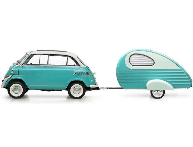 So cute l'Isetta avec sa caravane. On rappelle que la mini voiture conçue en Italie par ISO Rivolta fut montée sous licence par différents constructeurs en Europe et au Brésil. Ce modèle est sorti des ateliers BMW. Bon voyage ! 1950s?