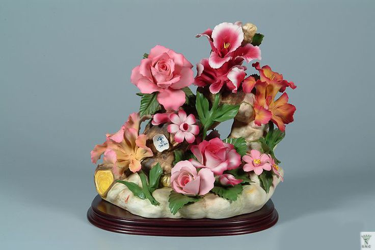 Beautiful Union Capodimonte Rose Made by the artists of the Union/Napoleon Capodimonte Studios in Italy. The Artists of Union/Napoleon carry on the tradition of Capodimonte Flower making which dates back to 1741. Originating first in King Charles IV castle on the hill above Naples.