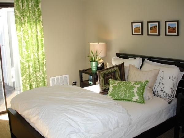 Wood bed  wood nightstands  green damask window panels  Green Brown  BedroomsBedroom. Best 25  Green brown bedrooms ideas on Pinterest   Green bedroom