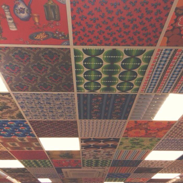 lelijk systeemplafond gecamoufleerd met stof, briljant!