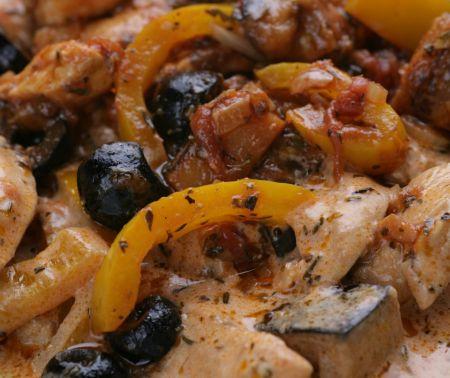 Csirkecsíkok mediterrán zöldségraguval