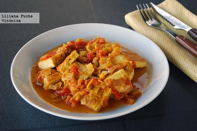 Receta saludable de tofu en salsa de tomate y puerro. Con fotos paso a paso, consejos y sugerencias de degustación. Recetas vegetarianas. Recetas ligeras