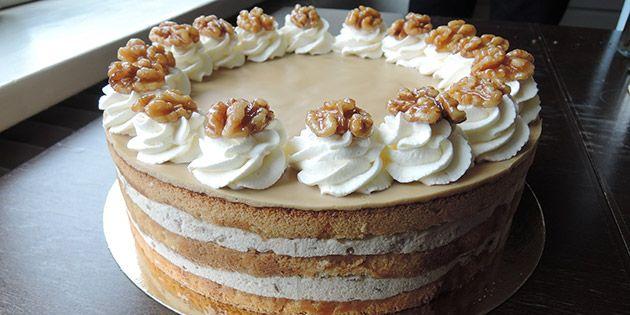 Imponerende valnøddelagkage med svampede kagebunde, cremet mousse og en skøn kaffeglasur på toppen.