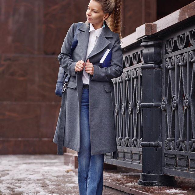 Вещь, которая может служить вам всю жизнь, — пальто.  Покупая ее, вы инвестируете, ведь это приобретение на все времена, безоговорочный must have любого сезона. В то же время оно не привязано к модным тенденциям и веяниям, и отлично сочетается с любой деталью женского гардероба.  Сезон: осень-зима. Цвет: мокрого асфальта. Состав: 30 % шерсть, 70% - хлопок.Подклад: тёплый, стеганый, светло-бежевый синтепон на пуговицах.  Погода: уютно и тепло до -7 градусов. В наличии: пальто 38го и 50го…