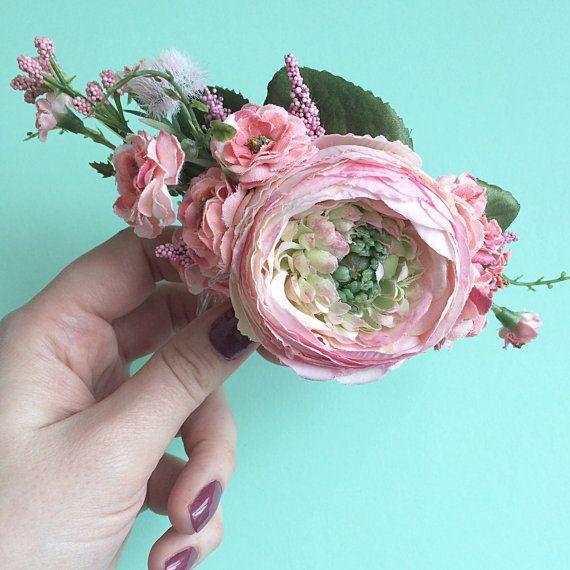 Esta es la más bonita blush y coral ranunculus floral peine con hermosas flores y vegetación delicada. Nuestros peines han sido muy populares entre las novias que quieren añadir un toque de color a su pelo. Se puede llevar en un moño, un peinado simple o incluso tirando de su pelo en un lado. Dimensiones: Longitud Floral: 5 peine: 3 Esta es una de un casco tipo artesanal con los mejores materiales en nuestro Dina Oh de Halifax, Nueva Escocia. Estudio de la sombrerería. Oh Dina! sombrerería…