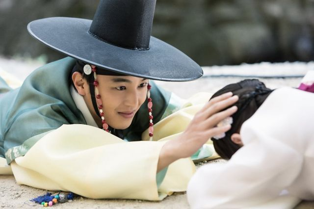 Added trailer and new images for the upcoming Korean drama 'Queen for 7 Days'.