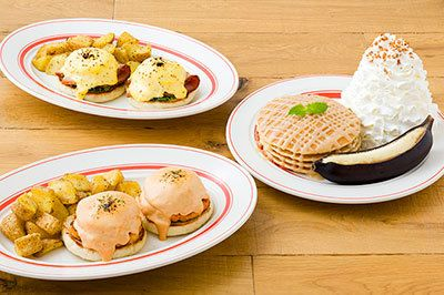 エッグスンシングス秋限定エッグスベネディクトとパンケーキ、キャラメル&ハニーがポイント