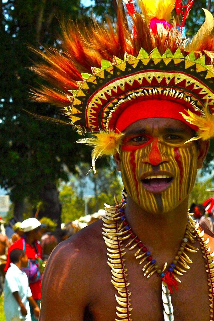 Tribal face paints in Papua New Guinea – Striped yellow face. Photo credit (all rights reserved to): Rita Willaert