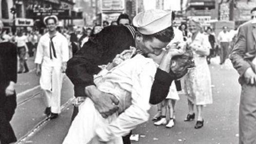 """""""El beso"""", una de las imágenes más famosas que fue portada de la revista Life. La fotografía expone las reacciones ante el fin de la Segunda Guerra Mundial."""