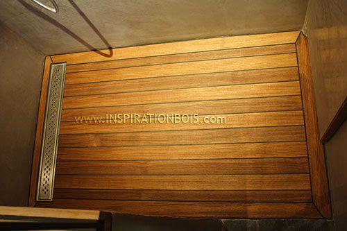 Douche italienne en Teck une pente à caniveau et murs en tadelakt gris