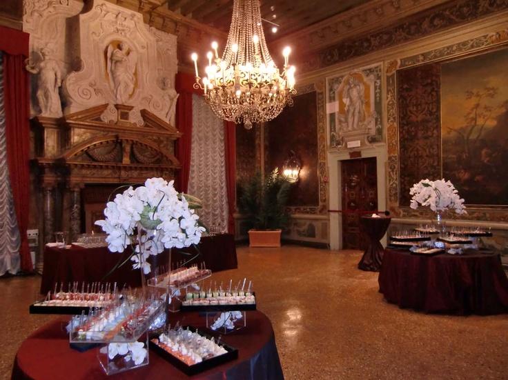 FR - Eleganti cocktail vengono realizzati dal nostro personale nella prestigiosa Sala del Camino tra dipinti seicenteschi che appartengono alla raccolta privata della duchessa di Berry e pareti rivestite da tappezzerie di cuoi d'oro. Info: ristorante@casinovenezia.it