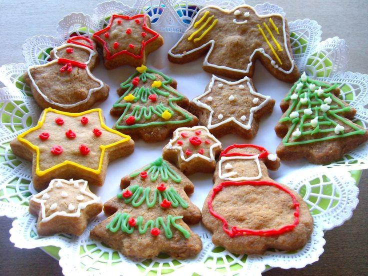 Acești biscuiți au puține ingrediente, de aceea este important ca ele să fie de bună calitate. Este de preferat să folosiți unt nesărat cu conținut mai mare de grăsime și zahăr brun fin. Puteți folosi orice forme de biscuiți, dar cum Crăciunul se apropie, am găsit forme de brăduți, moși crăciuni și steluțe și am …