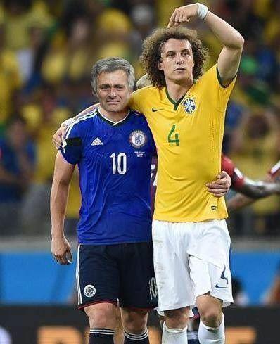 David Luiz pociesza Jose Mourinho i pokazuje kto jest najlepszy • Trener Chelsea Londyn płacze po meczu w Lidze Mistrzów • Zobacz >> #football #soccer #sports #pilkanozna #funny #luiz #memes #mourinho
