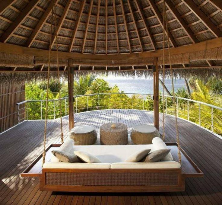sofa et lit suspendu en bois sur terrasse