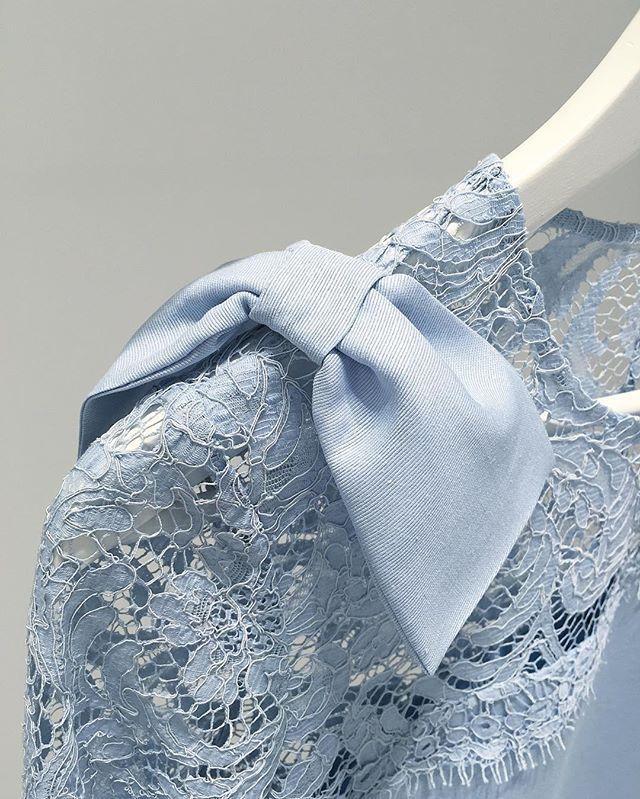 Детали: комбинированное платье из репсовой тафты и французского кружева. Как украшающая деталь - бантик на плече. ---------- для заказа: +79217761216 (what's app), ateliernumber1@gmail.com  #ателье #ательемск #ательеспб #пошив #пошивплатья #портной #платье #швея #юбка #ткани #шелк #atelier  #fashion #style #trendy #dress #couture #hautecouture #tailor #sewing #назаказ #пальто  #кашемир #шерсть #wool #cashmere #кружево  #solstiss