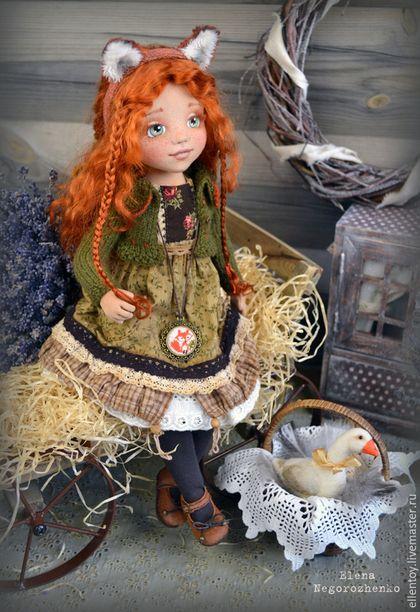 Купить или заказать Лизавета, текстильная кукла в интернет-магазине на Ярмарке Мастеров. Лизавета - деревенская девчонка, хулиганка, но очень добрая и любит своего питомца - гусыню Глашку. А ушки лисьи надела, потому что озоровать охота))) Кукла коллекционная, авторская, для игр не предназначена. Выполнена из текстиля и пластика (шарниры ног), голова вращается. В руках проволочный каркас, пальчики гнутся. Сама стоять и сидеть не может, только с опорой. Подставка прилагается.…