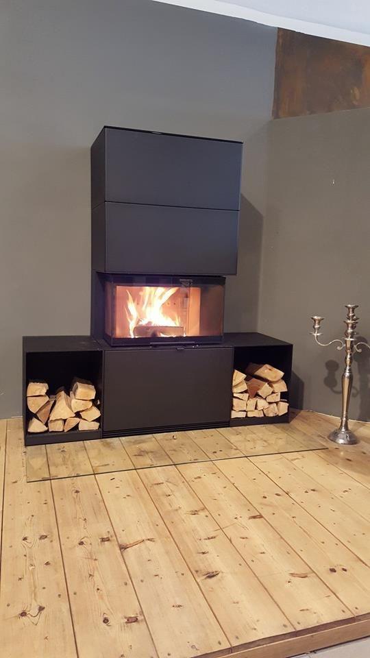 Contura i51S Stahlverkleidung mit schwarzer Pulverbeschichtung. Kombiniert mit Glasvorlegeplatte und zwei Holzboxen. Gesehen beim Hochheimer Ofenhaus.