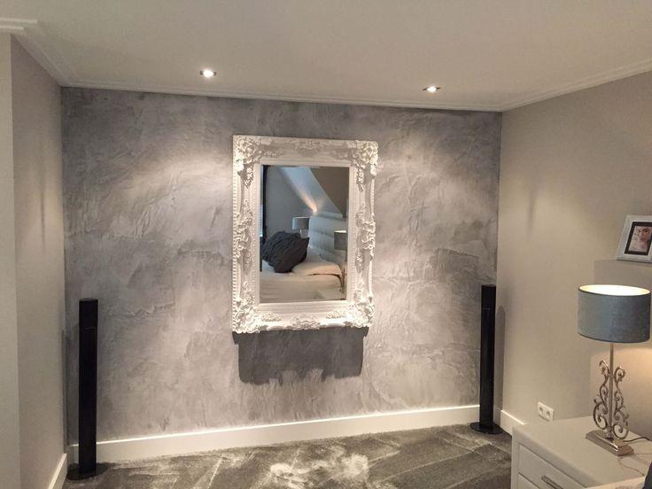 Slaapkamer wand met graniet uitstraling,houten spiegel en beton licht grijs [JB]