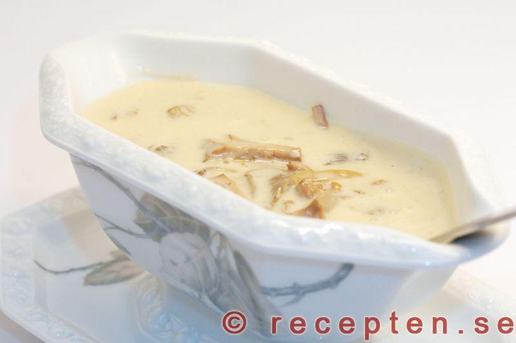 Recept på en riktigt god och lyxig kantarellsås. Mycket god och krämig sås där kantarellsmaken verkligen kommer fram.