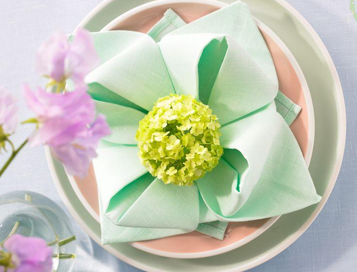 Pour donner une ambiance zen a votre table, réalisez ce pliage de serviette en forme de nénuphar.