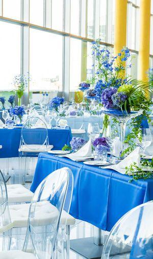 国内リゾートウェディングで真似したい開放感のあるコーディネート☆ 青い会場装花のアイデア一覧。