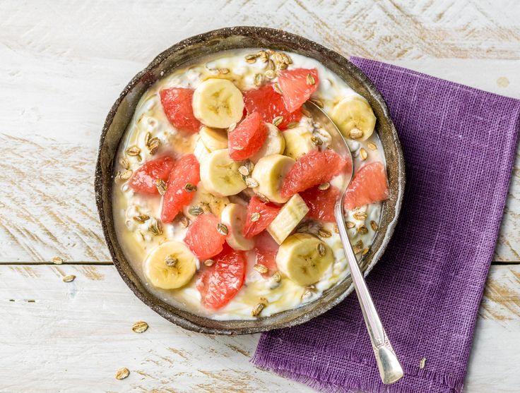 Magere yoghurt met pompelmoes, banaan en meergranenvlokken  Recept | HelloFresh