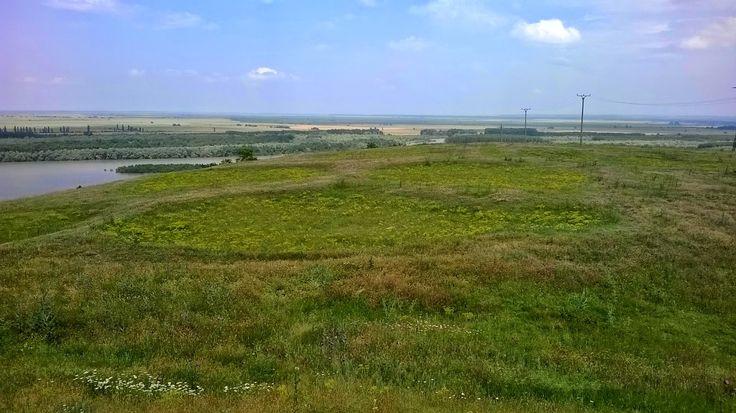 Faptul că terenul amplasat pe dealul Seimeni nu a fost afectat de lucrările agricole a permis păstrarea în mod unic a amprentelor locuinţelor circulare, cât şi a valurilor de pământ care delimitau spaţiul aferent fiecărei gospogării.