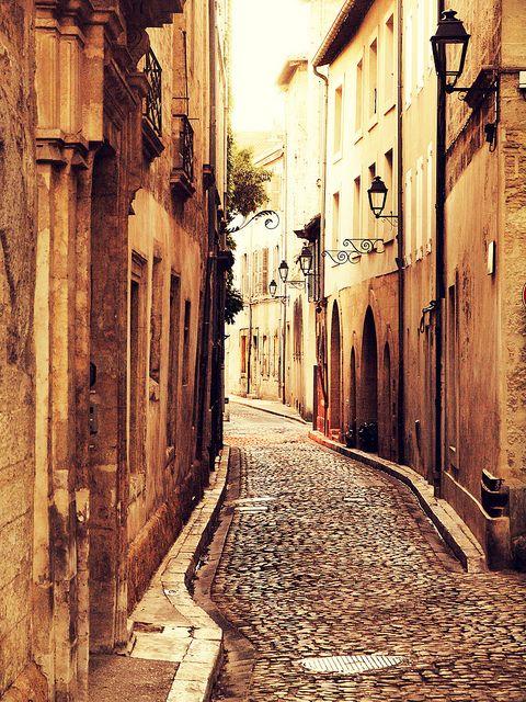 Vieille rue à Avignon, France