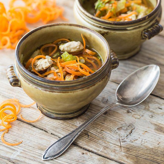 Gerade in der kälteren, wechselhaften Jahreszeit tut eine wärmende Suppe richtig gut. Möhrenspiralen und Hühnchen als leckere Suppeneinlage machen diese Variation zu einem gesunden Sattmacher.