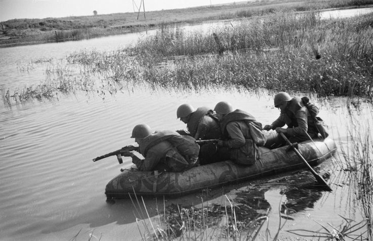 Eastern front WWII: Soviet soldiers, Don river near Voronez, 1942/43 - pin by Paolo Marzioli