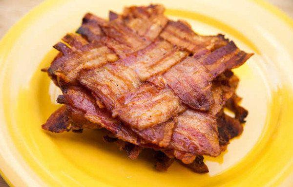 Dois pedaços de bacon tecer para os amantes de carne.