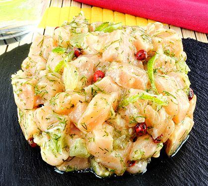 Tartare de saumon frais au gingembre, citron vert et aneth | Plus de recettes ici : http://www.enviedebienmanger.fr/idees-recettes/recettes-saumon